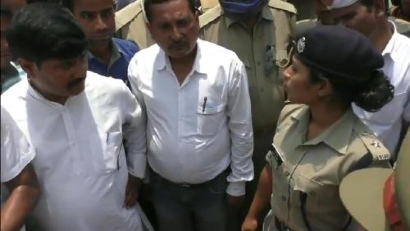 योगी राज: सत्ता के सनक में भाजपा विधायक भूल गए नारी सम्मान, महिला अफसर का किया अपमान: देखें वीडियो