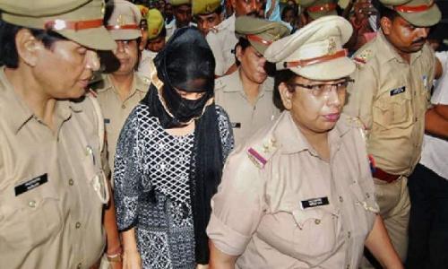 BJP नेता चिन्मयानंद को हफ़्तों छूट देने वाली SIT ने पीड़ित छात्रा को रंगदारी के मामले में घंटों में किया गिरफ्तार।