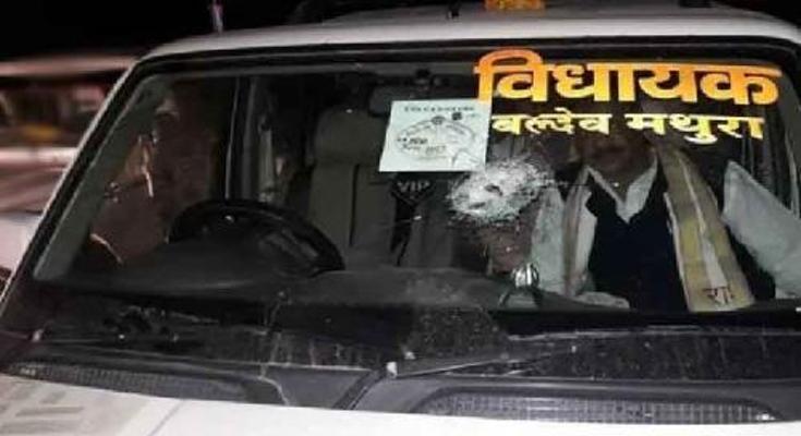 उत्तर प्रदेश: मथुरा में बीजेपी विधायक की गाडी पर पथराव