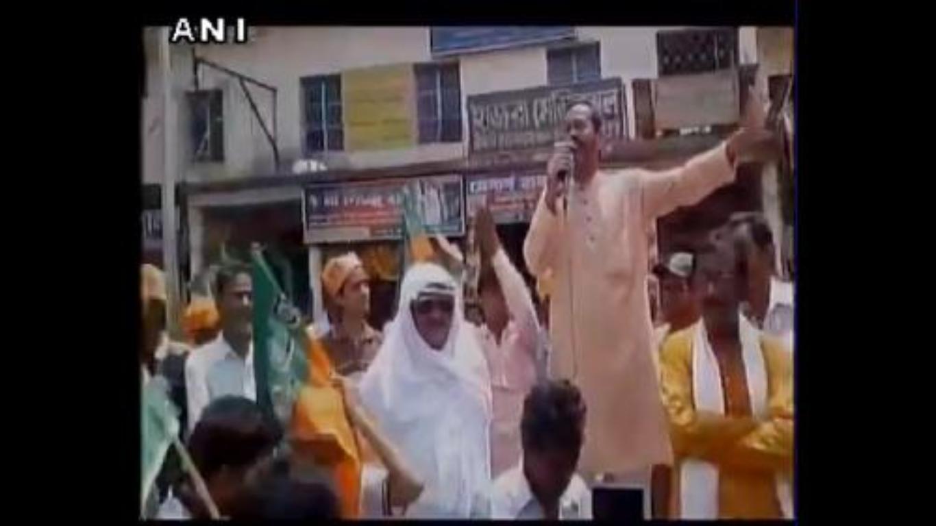 अब भाजपा नेता ने लाँघ दी सारी मर्यादाएं, ममता बनर्जी को बताया हिजड़ा: देखें वीडियो